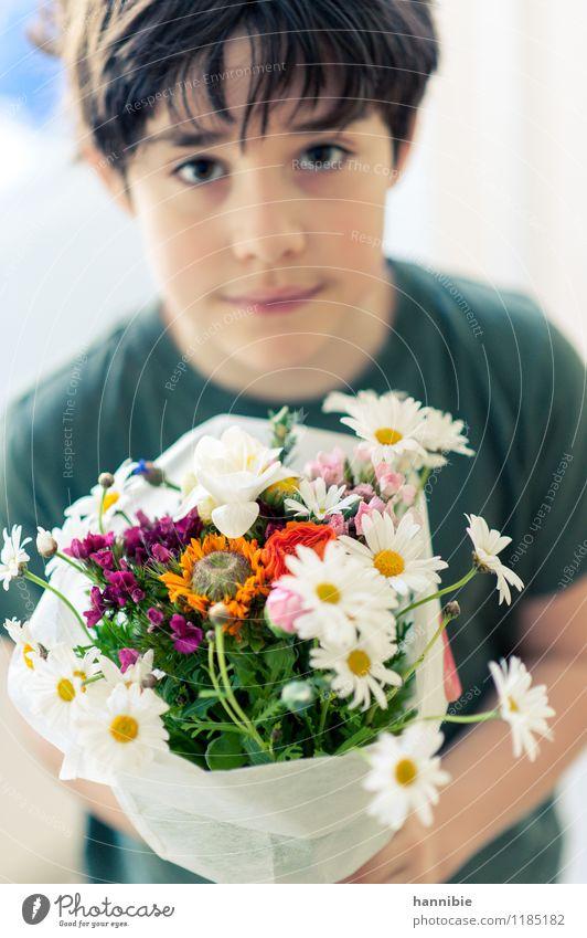 Muttertag Valentinstag Geburtstag Kind Junge Familie & Verwandtschaft Kindheit 1 Mensch 8-13 Jahre gelb grün weiß Blumenstrauß Geschenk Farbfoto Innenaufnahme