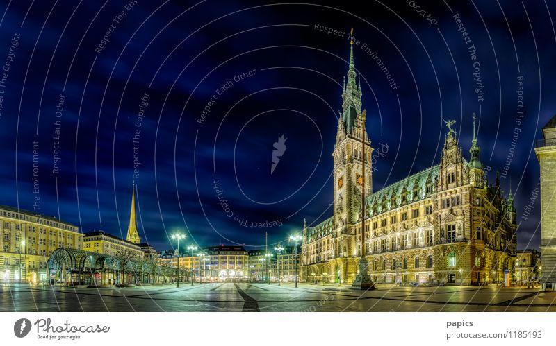 Rathaus und Rathausplatz in einer menschenleeren Sommernacht Hauptstadt Hafenstadt Stadtzentrum Altstadt Menschenleer Platz Marktplatz Bauwerk Gebäude Fassade