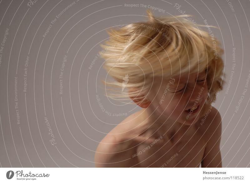 Haare 1 blond nackt Oberkörper Geschwindigkeit Gefühle Eile Ärger Bewegung Hass Freude Haare & Frisuren stark Schwäche Kind Energiewirtschaft Hin her Glück