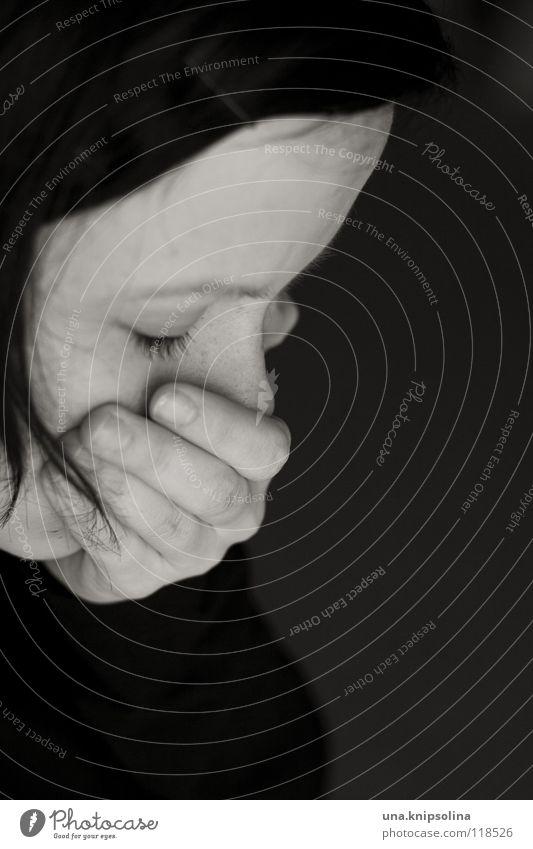 melancholie II Frau Jugendliche Hand Erwachsene Gefühle Kopf Traurigkeit Denken Angst Junge Frau 18-30 Jahre Trauer Schmerz Seele Verzweiflung weinen