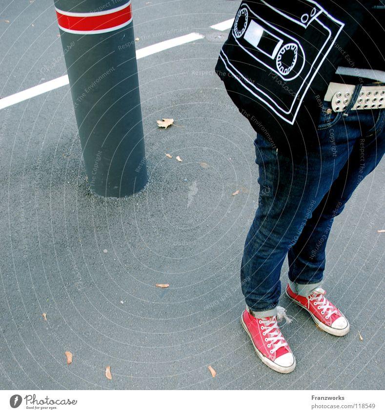 Tonträger. Jugendliche Blatt Straße Herbst Fuß Beine Verkehr Perspektive Jeanshose Asphalt Gebäude Verkehrswege Leipzig Tasche Chucks
