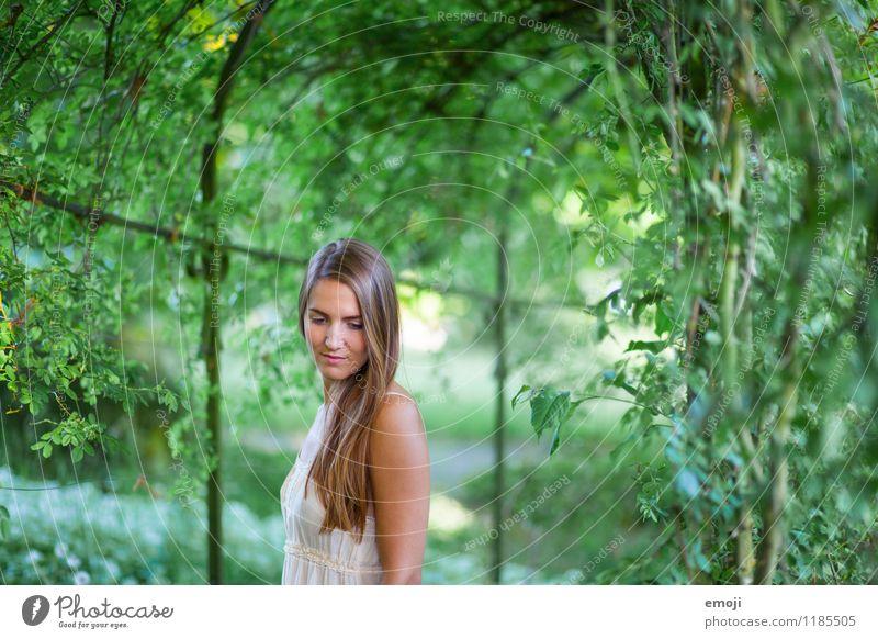 Park feminin Junge Frau Jugendliche 1 Mensch 18-30 Jahre Erwachsene brünett langhaarig schön natürlich grün Romantik verträumt Farbfoto Außenaufnahme Tag