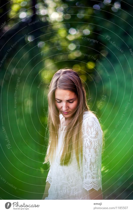 natural feminin Junge Frau Jugendliche 1 Mensch 18-30 Jahre Erwachsene Natur Frühling Sommer Schönes Wetter brünett langhaarig schön natürlich grün
