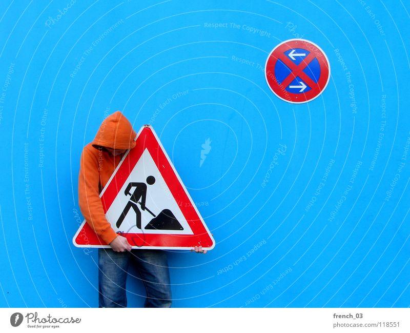 Schilderdieb im Halteverbot Mensch Mann blau Hand weiß schön rot Farbe Wand Mauer orange Deutschland Arbeit & Erwerbstätigkeit Arme Schilder & Markierungen maskulin