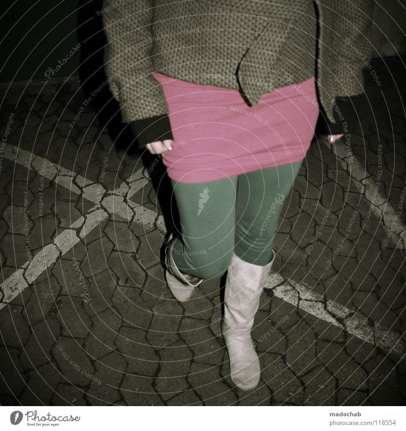 PANZERTRÄGER1000 Frau Mensch Jugendliche Hand kalt grau Bewegung Fuß Arbeit & Erwerbstätigkeit Schuhe Arme Rücken Schilder & Markierungen Lifestyle stehen