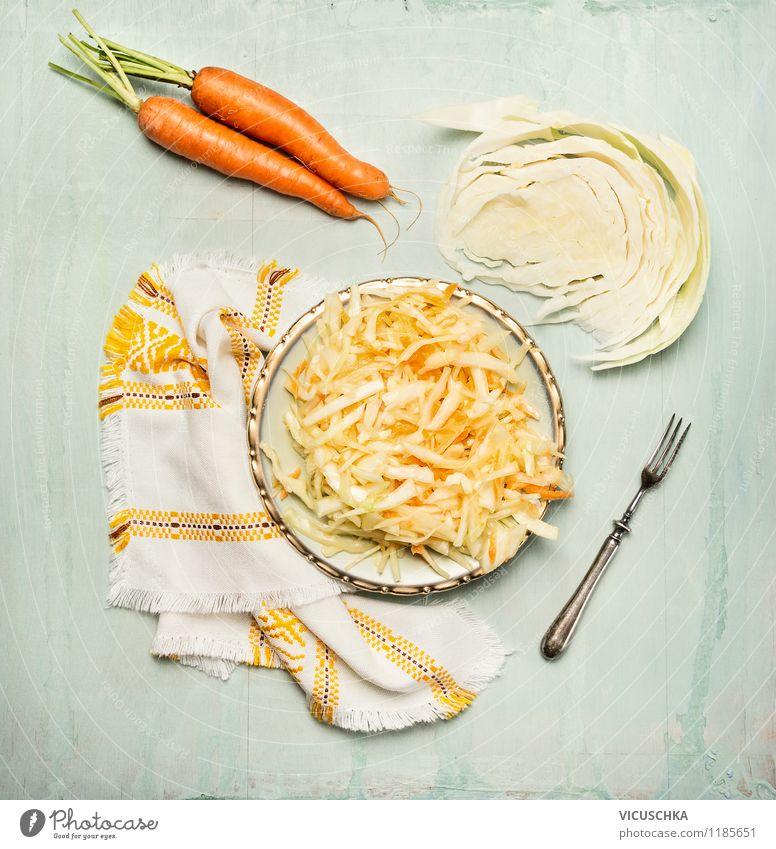 Vegetarische Möhren Weißkraut Salat Gesunde Ernährung gelb Leben Stil Essen Foodfotografie Lebensmittel Design Ernährung Tisch Küche Gemüse Bioprodukte Tradition Teller Diät