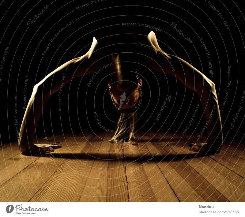 Brücken schlagen Frau ruhig Sport dunkel Zufriedenheit Tanzen Kraft Arme Rücken Fitness Konzentration Hals Yoga Kampfsport
