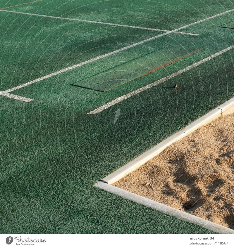 Zweiter Versuch Sport anstrengen Sportveranstaltung Vorbereitung Erfolg Enttäuschung Linie Sand weiß Stein springen Ecke grün Leichtathletik Verkehrswege
