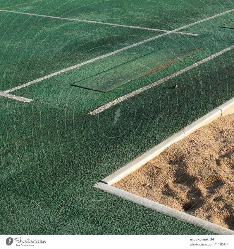 Zweiter Versuch weiß grün Sport springen Stein Sand Linie Erfolg Ecke Verkehrswege Sportveranstaltung anstrengen Druck Enttäuschung Leichtathletik Vorbereitung