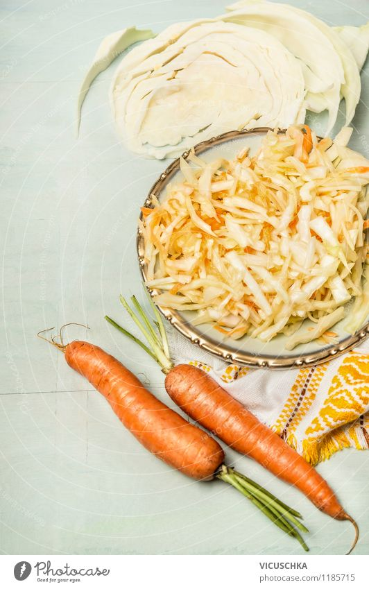 Vegetarisch - Weißkohl Möhren Krautsalat Lebensmittel Gemüse Salat Salatbeilage Ernährung Mittagessen Bioprodukte Vegetarische Ernährung Diät Teller Stil Design