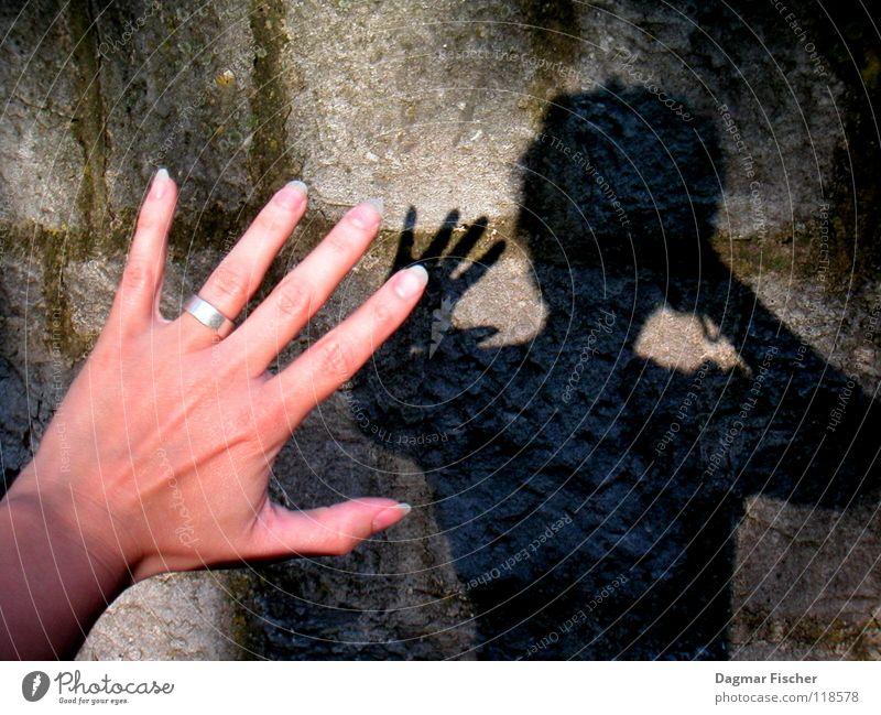 Wer hat Angst vorm schwarzen Mann? Farbfoto Licht Schatten Hand Finger Mauer Wand Stein bedrohlich dunkel gruselig grau Schutz Sorge gefährlich Gewalt Schwäche
