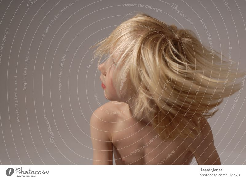 Haare 2 blond nackt Oberkörper Geschwindigkeit Gefühle Eile Ärger Bewegung Hass Freude Haare & Frisuren stark Schwäche Kraft Wut Energiewirtschaft Hin her Glück