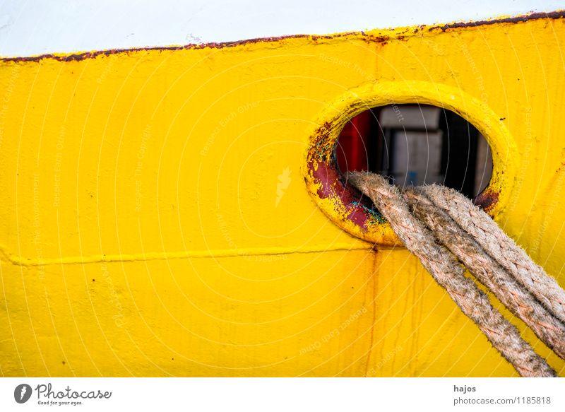 Ankerklüse mit Festmacherleine an einem Fischkutter Design Seil Hafen Verkehr Verkehrsmittel Schifffahrt Fischerboot Wasserfahrzeug alt leuchten maritim gelb