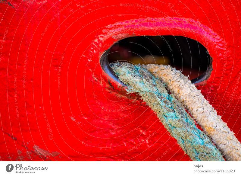 Ankerklüse mit Festmacherleine an einem Fischkutter alt rot Wasserfahrzeug Design leuchten Textfreiraum Seil Hafen maritim Fischerboot Freiraum