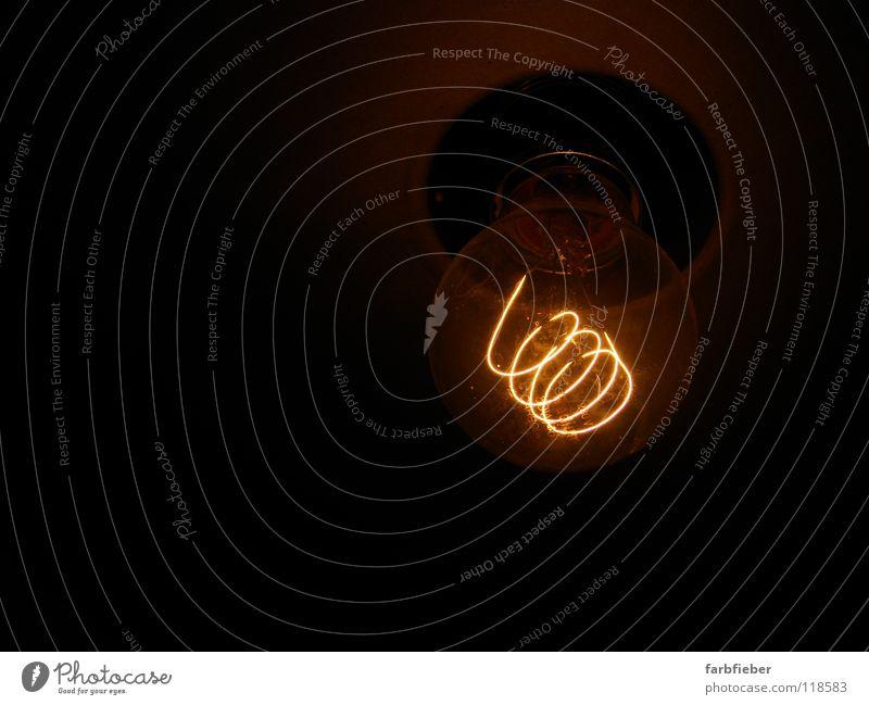 Glow in the dark Lampe Energiewirtschaft Energiekrise Glas Metall leuchten dunkel heiß hell trist braun Idee Kreativität sparsam Draht Kurzzeitbelichtung