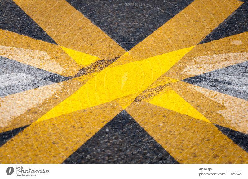 Kompass Verkehr Verkehrswege Straße Schilder & Markierungen Linie außergewöhnlich gelb schwarz Perspektive richtungweisend Orientierung Farbfoto Außenaufnahme