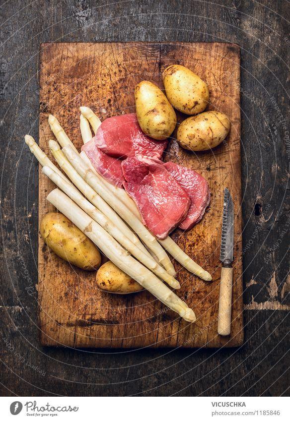 Spargel, Schnitzel, Kartoffeln - klassisch kochen. Lebensmittel Fleisch Gemüse Ernährung Mittagessen Abendessen Festessen Bioprodukte Diät Messer Lifestyle Stil