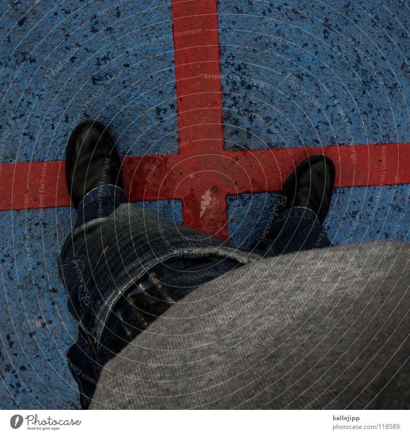 ...bis fuß. Mensch Mann blau rot Arbeit & Erwerbstätigkeit Schuhe Rücken warten Schilder & Markierungen Verkehr stehen Bekleidung Hinweisschild Kommunizieren