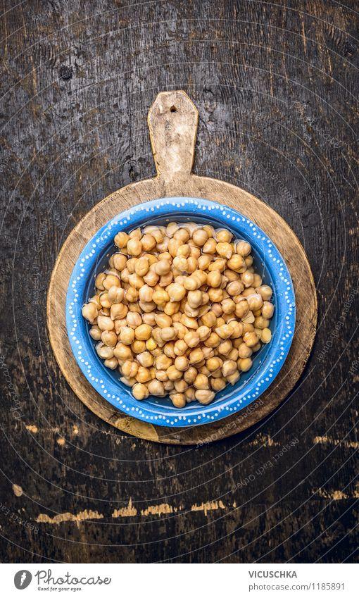 Kichererbsen in blauer Schüssel mit Wasser Lebensmittel Gemüse Getreide Ernährung Mittagessen Abendessen Bioprodukte Vegetarische Ernährung Diät