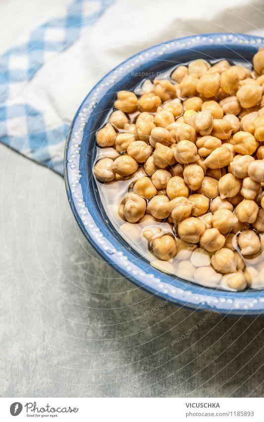 Kichererbsen einweichen. blau Wasser Gesunde Ernährung Stil Essen Hintergrundbild Foodfotografie Lebensmittel Design Tisch Gemüse Getreide Bioprodukte