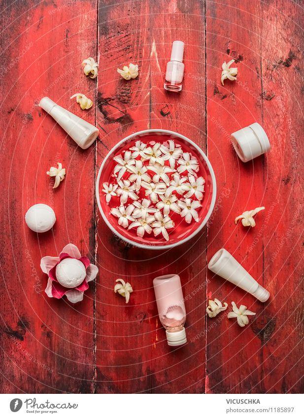 Rotes Wellness Set Lifestyle schön Körperpflege Kosmetik Creme Wohlgefühl Zufriedenheit Erholung Meditation Duft Kur Spa Massage Wohnzimmer rosa Design Stil