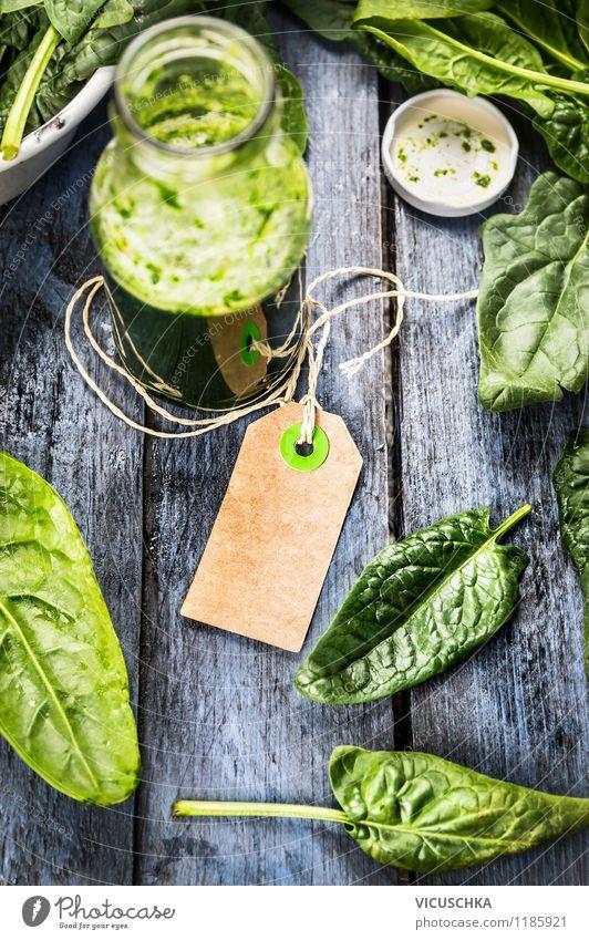 Etikette und Flasche mit grünem Smoothie Lebensmittel Gemüse Salat Salatbeilage Frühstück Bioprodukte Vegetarische Ernährung Diät Getränk Saft Stil Design