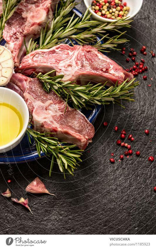 Frische Lamm Kotelett mit Knoblauch, Rosmarin und Öl Lebensmittel Kräuter & Gewürze Ernährung Mittagessen Abendessen Festessen Bioprodukte Schalen & Schüsseln