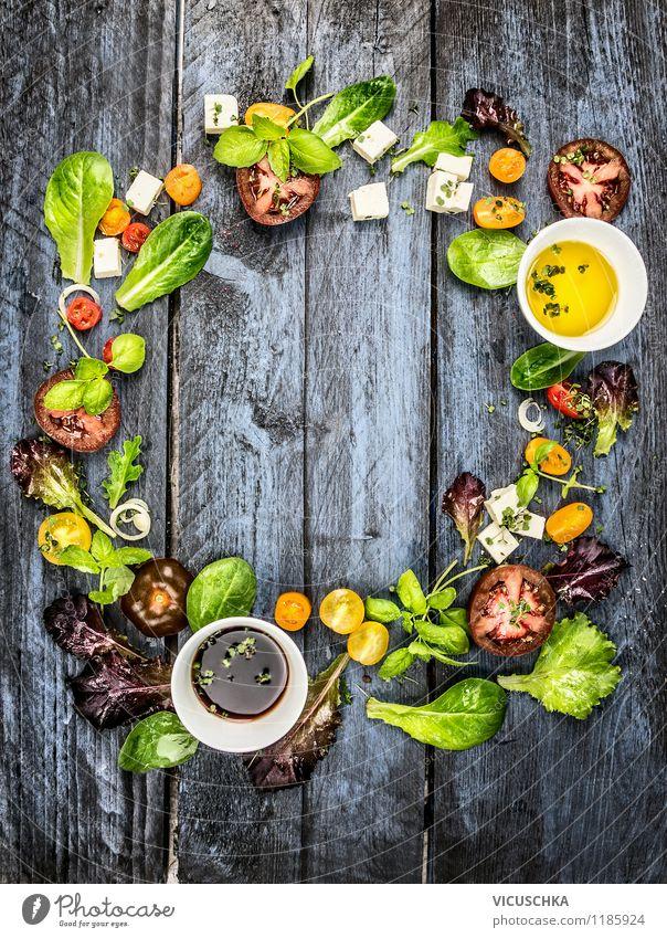 Bunter Salat machen Lebensmittel Milcherzeugnisse Gemüse Salatbeilage Kräuter & Gewürze Öl Ernährung Mittagessen Bioprodukte Vegetarische Ernährung Diät