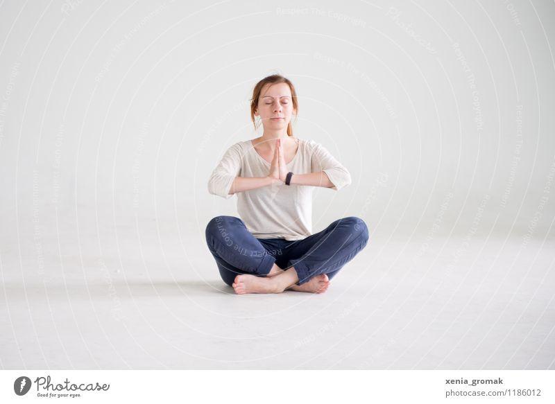 Namaste Mensch Jugendliche schön Junge Frau Erholung ruhig Gesunde Ernährung Leben Gesundheit Gesundheitswesen Lifestyle Zufriedenheit Freizeit & Hobby Körper sitzen ästhetisch