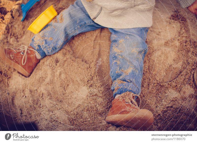 Sand Spielen Schuhe Kind Jeanshose Kleinkind Baby Sandkasten Kindergarten Kindheit Kindheitserinnerung Kindererziehung dreckig Staub