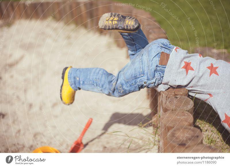 Flucht Spielen Kind Kleinkind Mädchen Junge Familie & Verwandtschaft Kindheit Beine Fuß 1-3 Jahre 3-8 Jahre krabbeln toben Spielplatz Sandkasten Gummistiefel