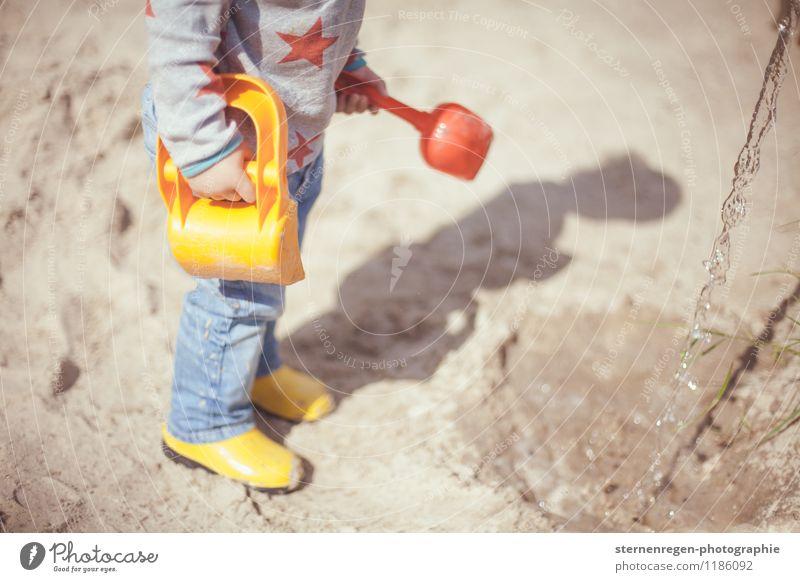Bauarbeiter Kind Kleinkind Mädchen Junge Eltern Erwachsene 1 Mensch 1-3 Jahre 3-8 Jahre Kindheit Spielplatz Sand Sandkuchen Schaufel Spielen spielend