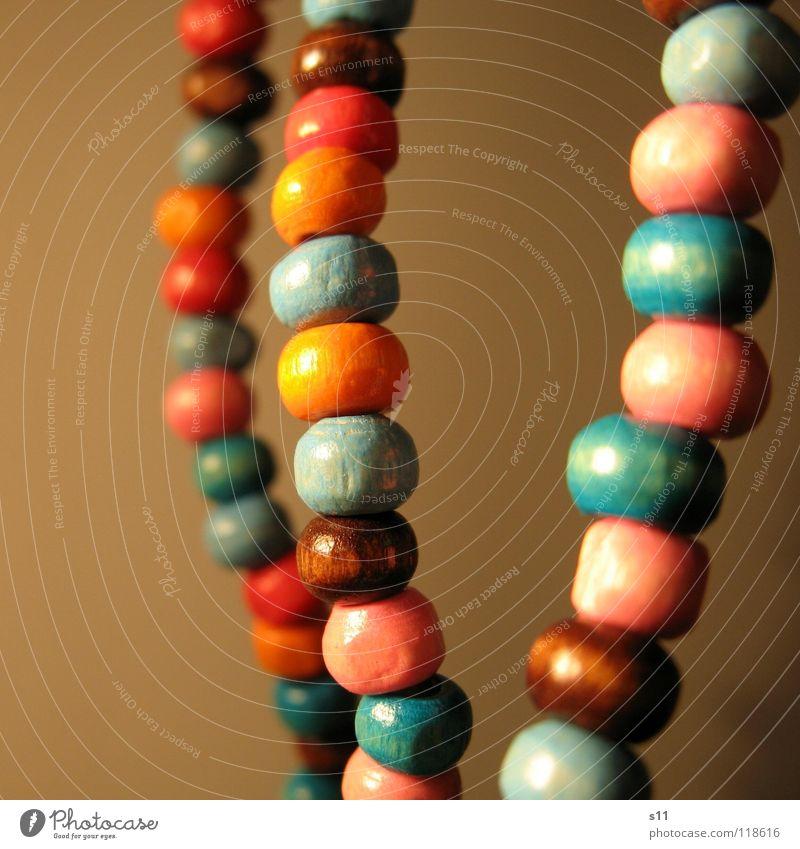 Schmuck... Reichtum Dekoration & Verzierung Holz blau braun rosa Perlenkette Holzperle Hals Halsschmuck Kette orange Verziehrung Nahaufnahme Makroaufnahme