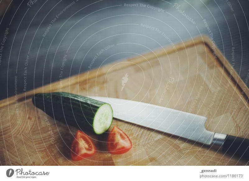 Schnipp Schnapp grün rot Lebensmittel Sauberkeit Küche Gemüse Messer Salat Salatbeilage Tomate Alltagsfotografie Schneidebrett Manuelles Küchengerät
