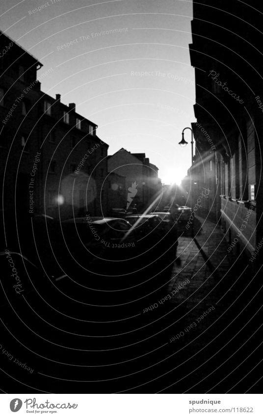 schwarzweiße farben schön Sonne Haus Straße PKW Wärme Fassade Bürgersteig Verkehrswege Stadtteil Bordsteinkante Abendsonne