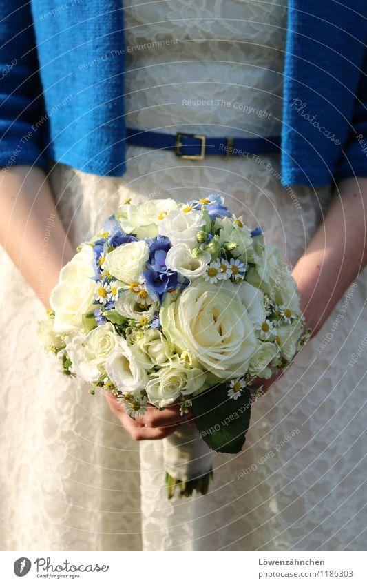 wedding details VII Jugendliche blau schön weiß Junge Frau Freude 18-30 Jahre Erwachsene Liebe feminin warten ästhetisch Arme Romantik Hoffnung Hochzeit