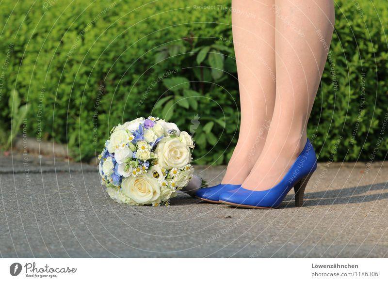 wedding details III feminin Junge Frau Jugendliche Beine Fuß 18-30 Jahre Erwachsene Schuhe Damenschuhe Blumenstrauß stehen warten ästhetisch schön blau grün