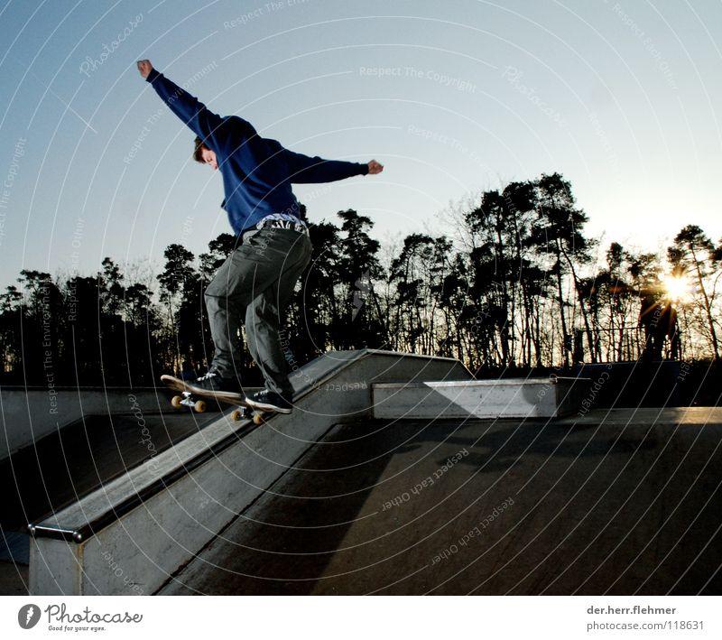 5-0 Skateboarding Pullover Sportpark Gegenlicht Grinden Zufriedenheit Baum Park kaputt Speyer Spielen funbox Sonne Schatten einzeln
