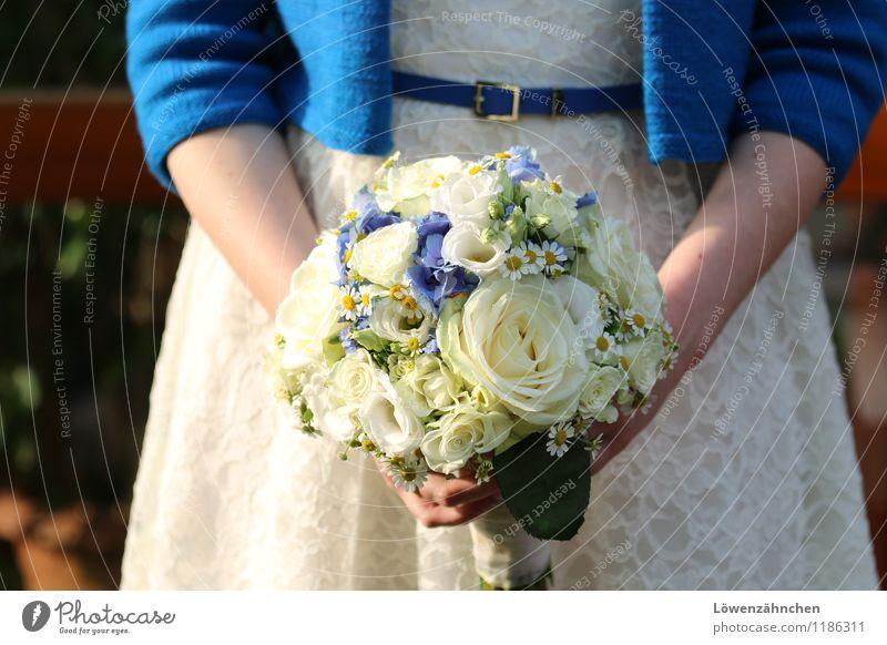 wedding details II Jugendliche blau schön weiß Junge Frau 18-30 Jahre Erwachsene Liebe feminin Glück Stimmung elegant stehen Fröhlichkeit warten ästhetisch