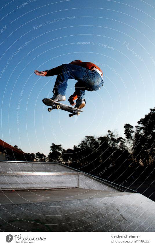grab Skateboarding Pullover Sportpark Gegenlicht springen Zufriedenheit Baum Park kaputt Spielen funbox Schatten einzeln ollie