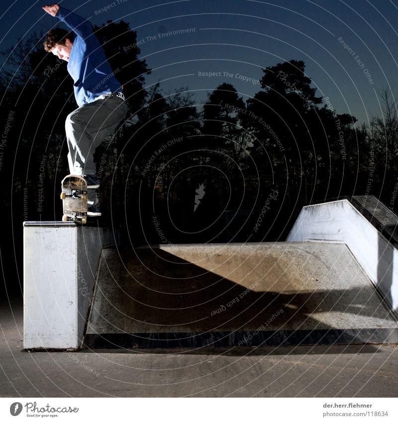 5-0 Skateboarding Pullover Sportpark Gegenlicht Grinden Zufriedenheit Baum Park kaputt Spielen funbox Schatten einzeln