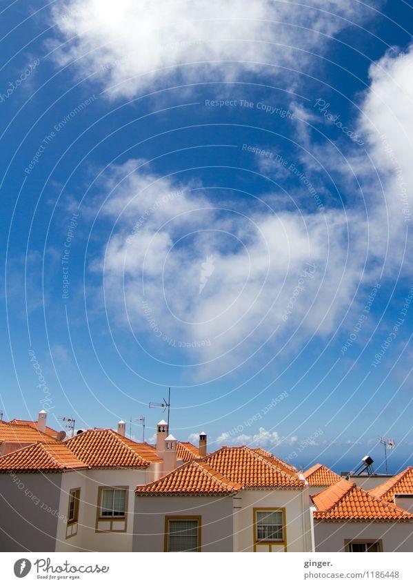 April Skies - La Palma Himmel Wolken Schönes Wetter Dorf Skyline Menschenleer Haus Gebäude Mauer Wand blau rot weiß Dach Ziegeldach karmesinrot Schornstein oben