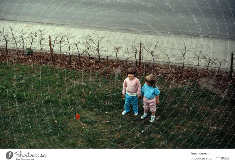 rosablaue Gartenfreundschaft Kind Mädchen alt blau Straße Wiese Garten Freundschaft rosa Bekleidung Balkon Kleinkind Hecke Nachbar Dia gleich