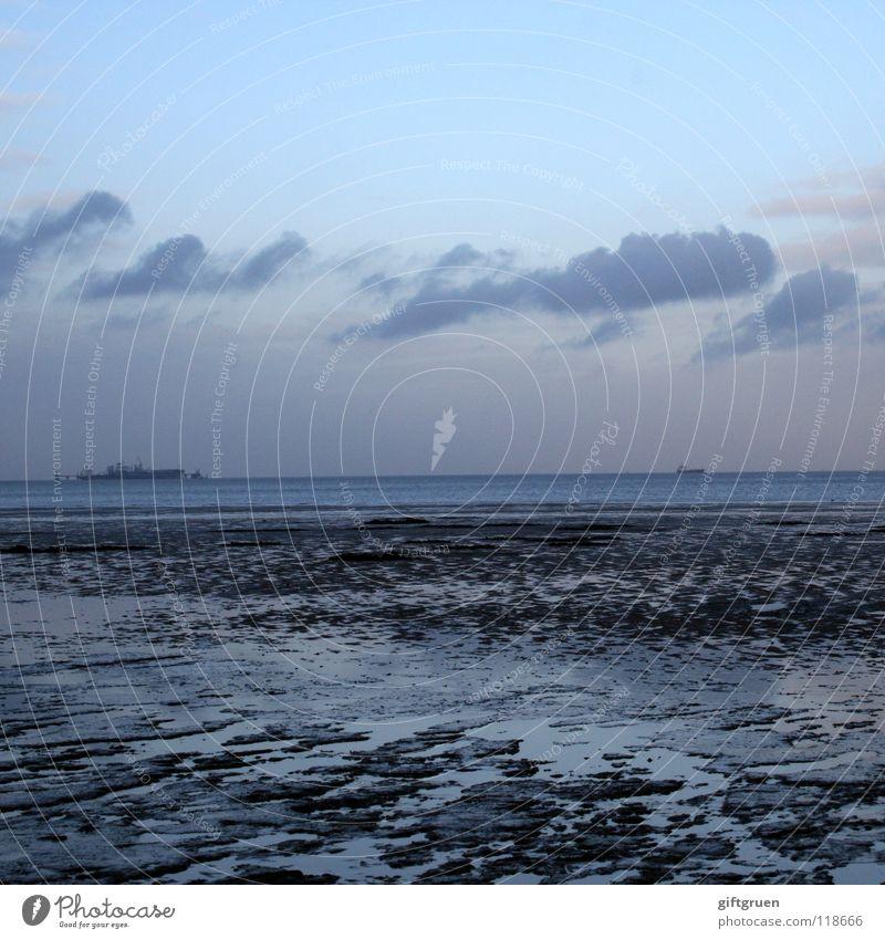 ende der badesaison I Winter Schneelandschaft Meer Wellen Horizont Wolken dunkel Küste Strand schlechtes Wetter Einsamkeit kalt Wasserfahrzeug Ferne leer Ebbe
