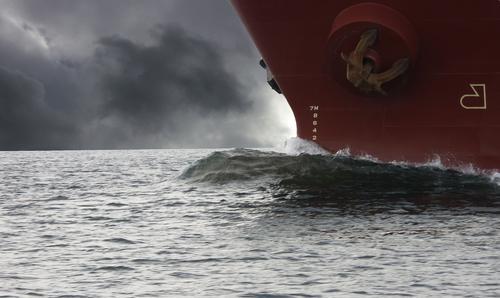 bedrohlich Meer Wasserfahrzeug Segeln Wolken Gewalt Wasserstraße Vertrauen Kraft Himmel Gewitter aufkommender Sturm Vorsicht Elektrizität Bugwelle ruhige Kraft