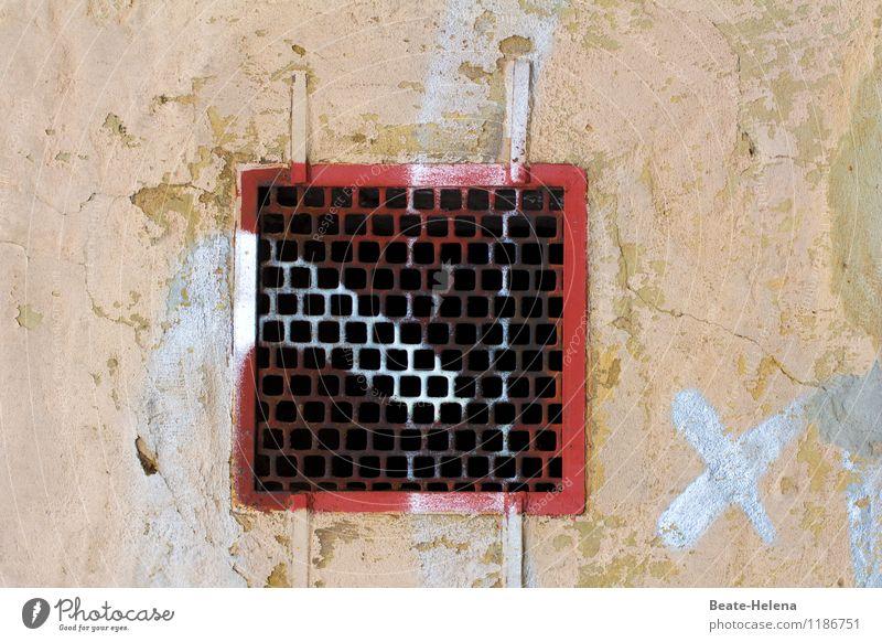 gewusst wie alt rot Haus gelb Wand Graffiti Mauer Fassade Häusliches Leben bedrohlich Zeichen kaputt Zukunftsangst verfallen Riss Kreuz