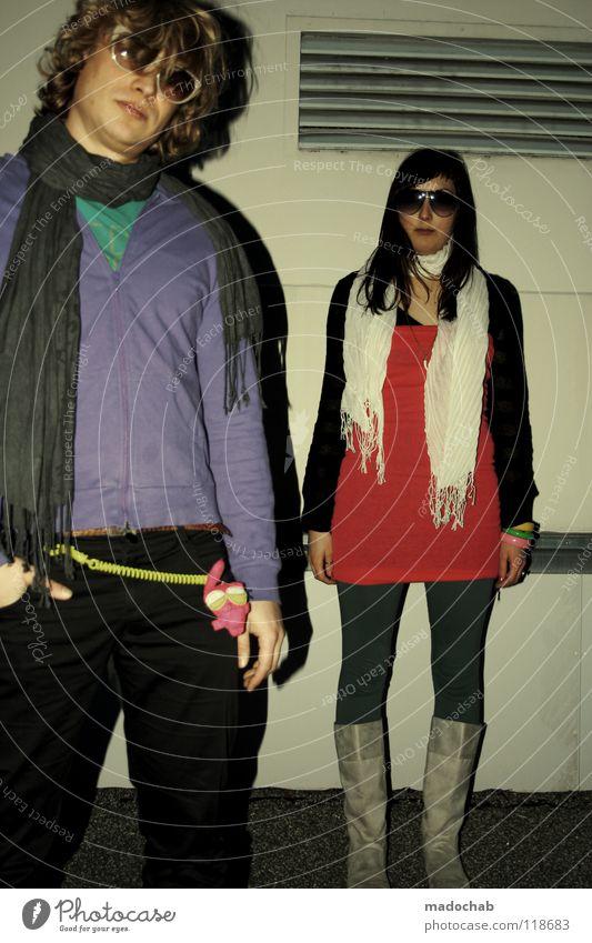 Junges hippes Paar neon Sonnenbrille Hipster Lifestyle Schuhe Stiefel stehen grau Strumpfhose Neonlicht Achtziger Jahre retro kalt Karneval Gute Laune einfach