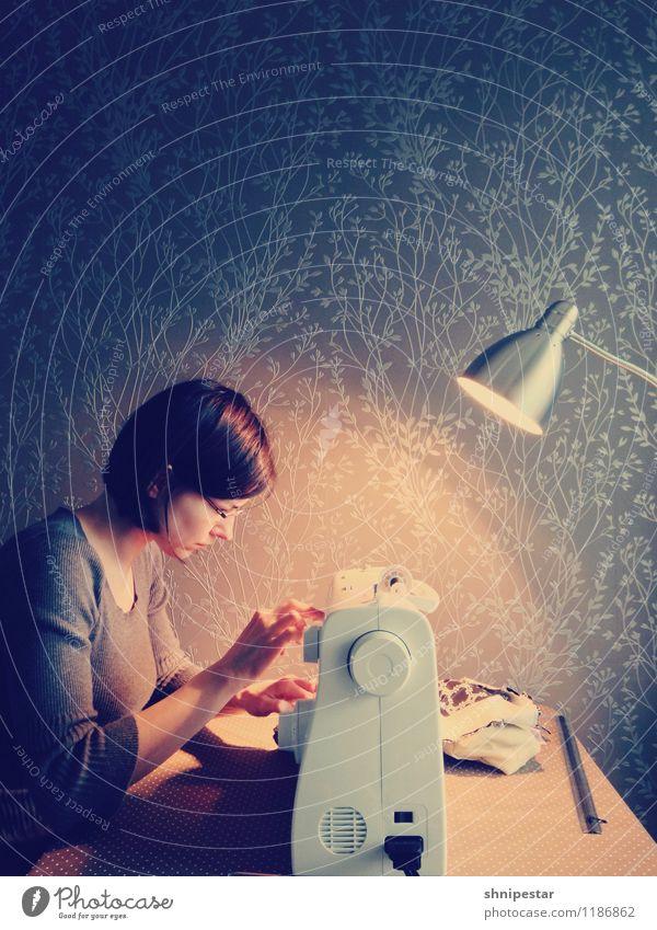 Das tapfere Schneiderlein Stil Freizeit & Hobby Handarbeit Nähen Innenarchitektur Dekoration & Verzierung Lampe Schreibtisch Wohnzimmer Nähmaschine Mensch