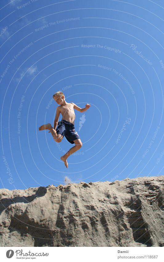 lemming. Kind blau Ferien & Urlaub & Reisen Sommer Strand Freude Wolken Junge Küste Sand springen Schwimmen & Baden blond Fröhlichkeit Stranddüne Sommerurlaub