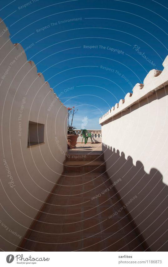 Indisches Foto Himmel blau Sommer weiß Ferne Wärme Wand Mauer braun Treppe Perspektive ästhetisch Schönes Wetter Dach Geländer Stuhl